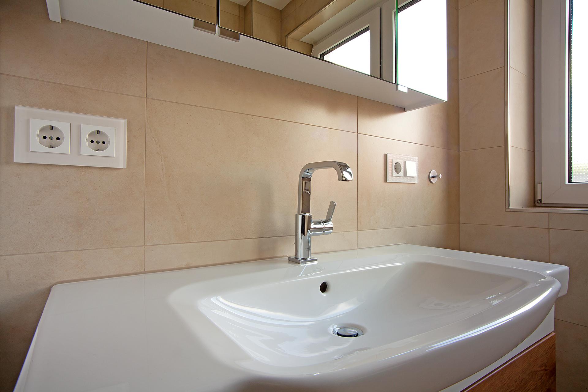 Sanitäranlagen - Waschbecken mit Armatur