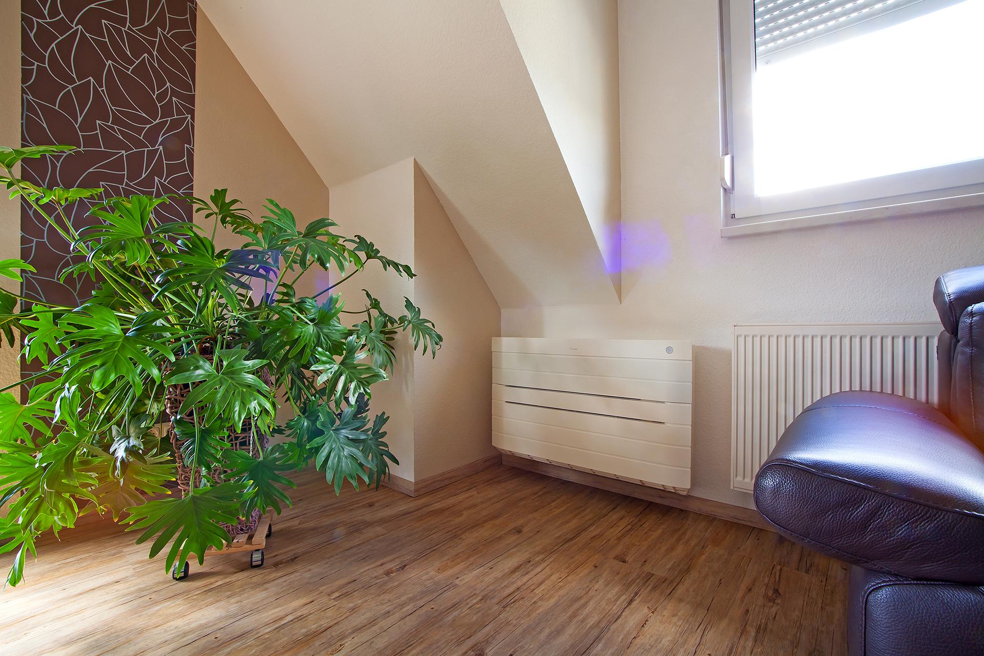 Heizungsbau - Wohnraum mit Heizkörper und Klimagerät